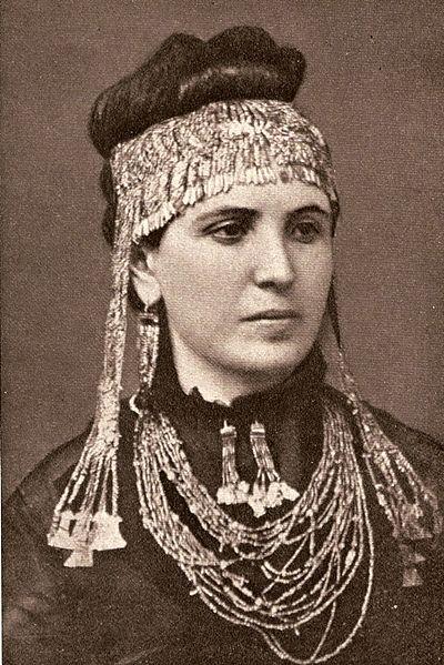 Η Σοφία Σλήμαν φορώντας μέρη των ευρημάτων που έφεραν στην επιφάνεια οι ανασκαφές του Χισαρλίκ