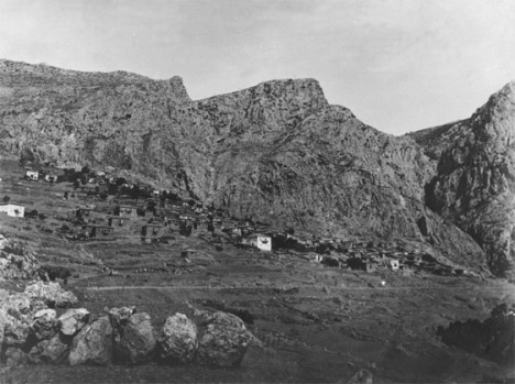 Το χωριό Καστρί πριν την έναρξη των ανασκαφών © Γαλλική Αρχαιολογική Σχολή