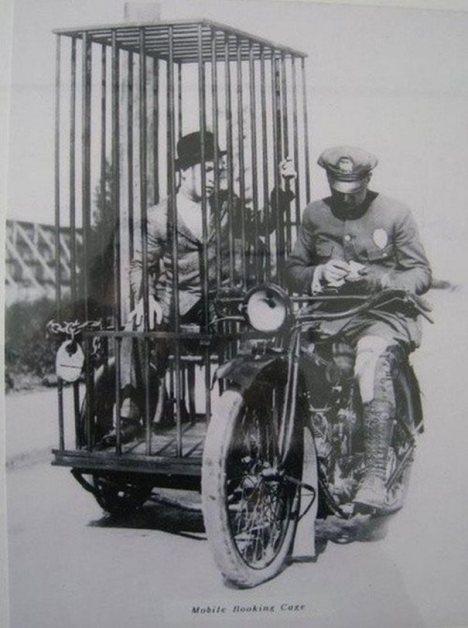 Ένας αστυνομικός πάνω σε ένα πρωτότυπο δίτροχο κινητό κελί. ( 1921 )