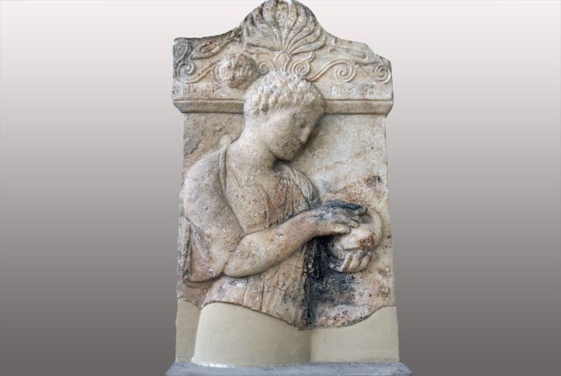 Επιτύμβια στήλη μιας νέας με όνομα Νικησώ, που εικονίζεται να κρατάει ένα πουλί. 425 - 410 π.Χ. Βρίσκεται στο Αρχαιολογικό Μουσείο Πειραιά.