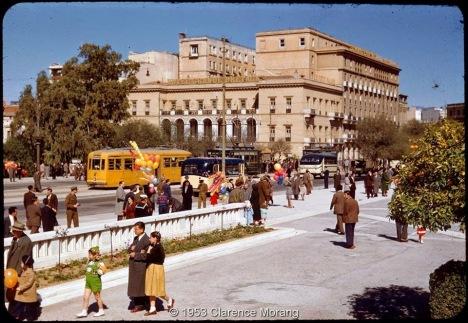 Βόλτα στο ηλιόλουστο  Σύνταγμα του 1953. [photo by Clarence Morang]