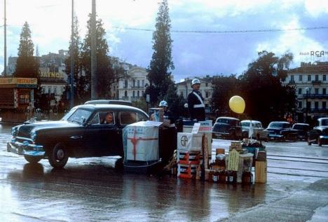 Χριστούγεννα 1953. Τροχονόμοι στο Σύνταγμα με δώρα κάθε είδους. [photo by Avery Clark]