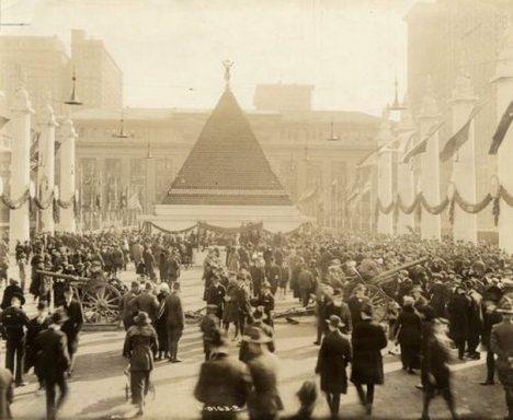 Πυραμίδα με κράνη Γερμανών αιχμάλωτων, Νέα Υόρκη ( 1918 )