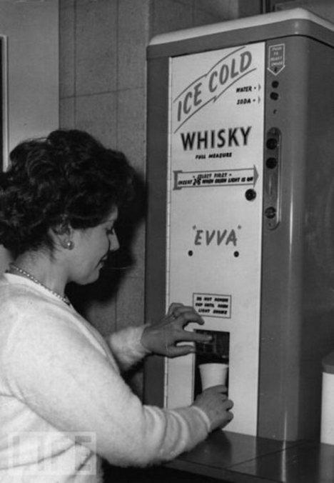 Ένα αυτόματο μηχάνημα που βγάζει παγωμένο ουίσκι. Τέτοια μηχανήματα υπήρχαν σε πολλά γραφεία το 1950.