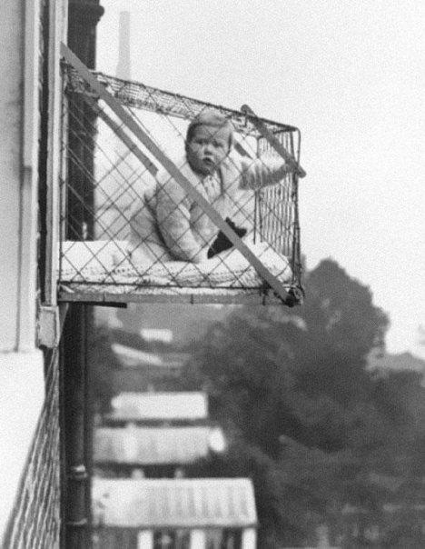 Κλουβιά μωρών για οικογένειες που έμεναν σε διαμερίσματα και ήθελαν τα παιδιά τους να πάρουν αρκετό φως του ήλιου (1930)