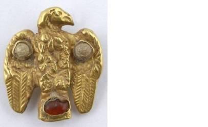 Χρυσός εραλδικός αετός, διακοσμημένος με γρανάτη και υαλόμαζες. 6ος-7ος αι. Ύψ. 0,021 μ.
